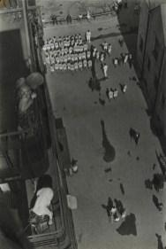 Aleksandr Rodčenko, Persone che si riuniscono per prendere parte ad una manifestazione, 1928 (1933), stampa d'artista, Collezione del Moscow House of Photography Museum © A. Rodchenko – V. Stepanova Archive © Moscow House of Photography Museum