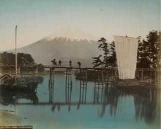 Scuola di Yokohama, Imbarcazioni a vela a Tagonoura, sullo sfondo il monte Fuji, 1890 circa © Raccolte Museali Fratelli Alinari (RMFA), Firenze © Archivi Alinari