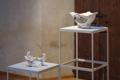 Paolo-Polloniato-Capricci-Contemporanei-2008-2015-ceramica-in-terra-bianca-con-decoro-sotto-cristallina, courtesy dell'artista