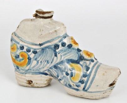 Scaldino a forma di scarpa, maiolica, fine XVII-XVIII secolo, Sicilia