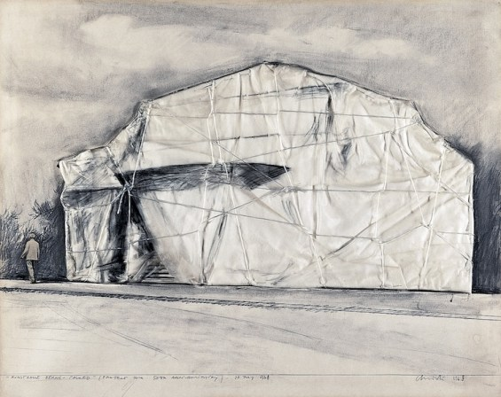 Christo, Kunsthalle Berne – Packed (project for 50th Anniversary), 1968, collage, pencil, fabric, polyethylene, twine, thread, charcoal and cut-out photograph on cardboard, 56 x 71 cm Photo: Wolfgang Volz Copyright: Christo 1968