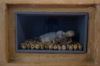Carla Bedini. One: ragazza lupo, cartapesta, gusci di uova di quaglia garza