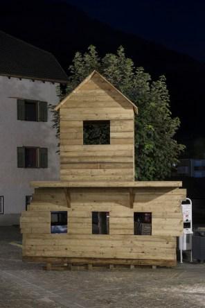 Franz Kapfer, Berge in Flammen, 2016, wood, 420x440x80 cm produced by Biennale Gherdeina with the collaboration of Karl Senoner - Zumpradeur Photo © Simon Perathoner