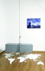 Inés Fontenla, Costruire Distruggendo, 2016, sale, cavo d'acciaio, cemento, foto sotto perspex e coltello, dimensioni variabili. Foto: Studio Vandrasch