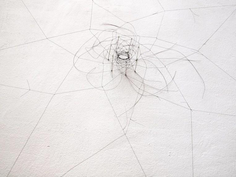 Christiane Löhr, Kleine Haararbeit (piccolo lavoro di crine), 2014, crine di cavallo, aghi, dettaglio installazione Blueprojectfoundation, Barcelona