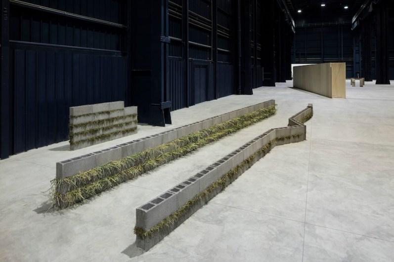 """Kishio Suga. """"Situations"""", veduta della mostra, Pirelli HangarBicocca, 2016 Courtesy of Pirelli HangarBicocca, Milano Foto Agostino Osio"""