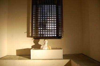 Giuseppe Bergomi, Busto con cuffia e drappo, 2015, Ceramica e mosaico, cm 42x44x23. Veduta della mostra Alma Materia, Convento di S. Spirito - Ex Carceri di Nola (NA) Foto: Paolino Napolitano