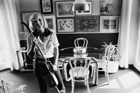 "Liliana Barchiesi,Carmen nella sua casa. 1979. Stampa fotogra caai sali d'argento.30x20 cm."""