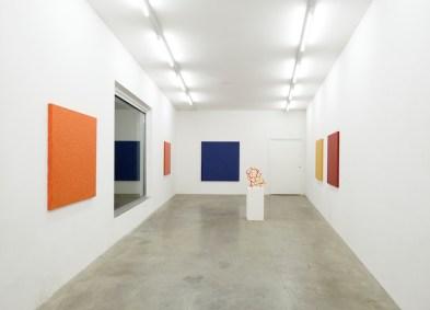 Paolo Iacchetti. Red Yellow and Blue, veduta della mostra, Galleria Monopoli, Milano Foto Paolo Vandrasch