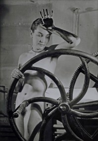 Man Ray, Erotique voilée, Meret Oppenheim à la presse chez Louis Marcoussis, 1933, fotografia new print del 1980, 40.4x30.5 cm, Fondazione Marconi, Milano