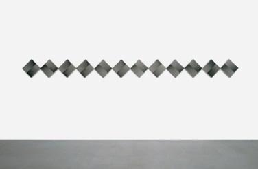 Mario Nigro, Dallo spazio totale 1954: serie di 12 rombi continui a progressioni ritmiche simultanee alternate opposte, 1965, tempera su tavola, 12 elementi, 56.5x678 cm Courtesy A arte Invernizzi, Milano