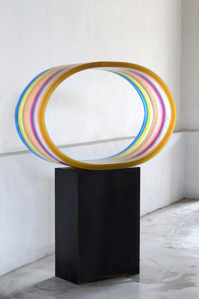 Herbert Hamak, At the end of the rainbow, 2016, resina e pigmenti, 74.7x121.2x34.2 cm Courtesy Studio la Città, Verona