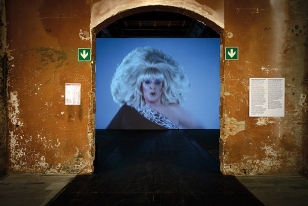 Charles Atlas, The Tyranny of Consciousness, 2017, five-channel video installation, color, audio: helm and Lady Bunny, 23'44''. 57. Esposizione Internazionale d'Arte - La Biennale di Venezia, Viva Arte Viva. Foto: Andrea Avezzù. Courtesy: La Biennale di Venezia