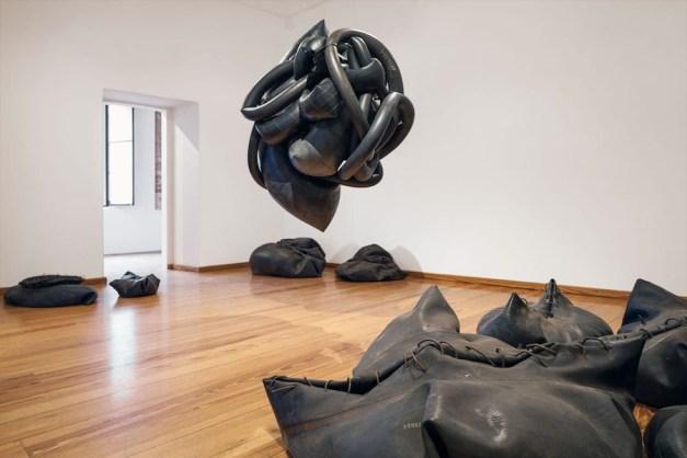 Matteo Emery, Borborigmi, 2017, camere d'aria, ferro, installazione Courtesy Matteo Emery
