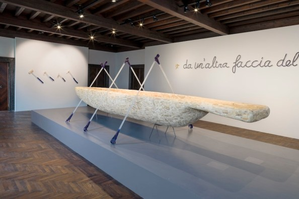 Jan Fabre, Canoe, 1991, Murano glass, animal and human bones, Bic ink, polymeers behind from left to right, 177.5x638.3x220 cm