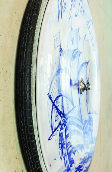 Nero/Alessandro Neretti, dettaglio da: series one bicycle wheel: we go for disaster, 2017, terracotta smaltata, copertoni di bicicletta usati, alluminio, ferro, gomma ø71 x 9 cm courtesy dell'artista foto Andrea Piffari