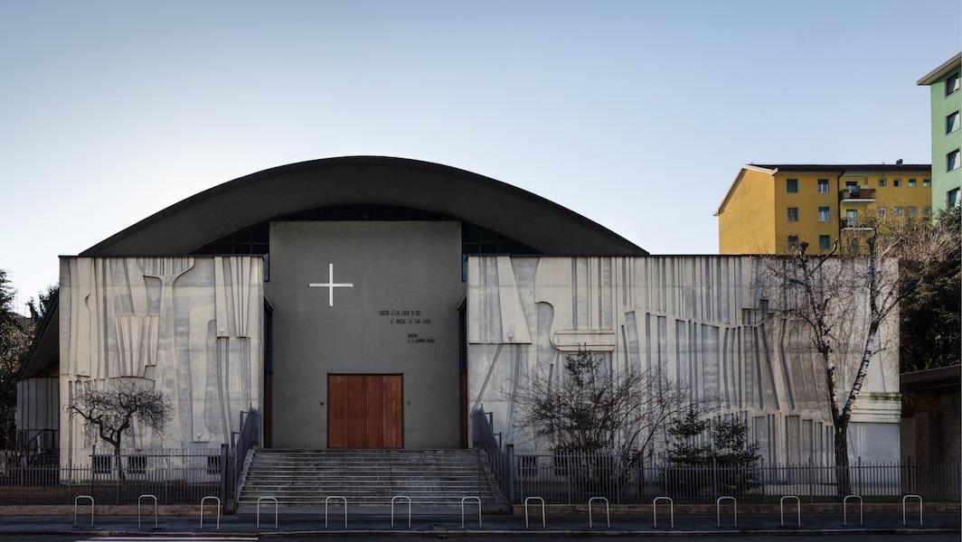 Facciata della chiesa di San Giovanni Bosco a Milano. Progetto realizzato da Mario Tedeschi in collaborazione con l'artista Carlo Ramous, 1966