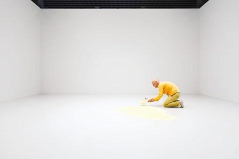"""Wolfgang Laib durante l'allestimento dell'opera """"Polline di pino"""" © 2017 Hartmut Nägele"""