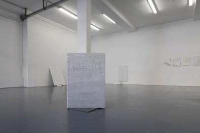 Antonio Trotta. Marmo Canta, veduta della motra, Galleria Giovanni Bonelli, Milano Foto Nicola Gnesi