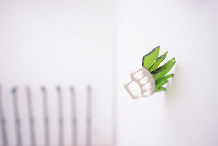 Loredana Longo, tirapugni, tirapugni in argento, schegge di vetro. Courtesy Francesco Pantaleone, Milano. Foto Francesco Cuttita