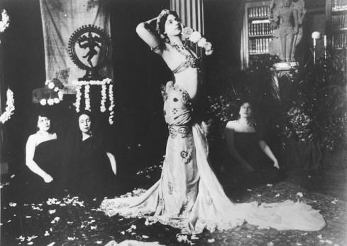 Mata Hari danza nella biblioteca del Musée Guimet di Parigi, 1905, stampa alla gelatin d'argento, Musée Guimet, Musée National des arts asiatiques, Paris