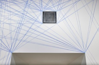 Sol LeWitt, Between the Lines, veduta della mostra (Wall Drawing #51: All architectural points connected by straight lines, 1970), particolare, Fondazione Carriero, Milano Foto Agostino Osio Courtesy Estate of Sol LeWitt e Fondazione Carriero