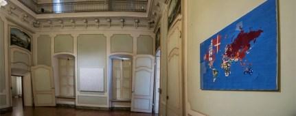 Alighiero Boetti. Perfiloepersegno, veduta della mostra (in primo piano a destra Mappa, 1979-83, ricamo su tessuto, cm 103 x 155), Museo Civico Palazzo Mazzetti, Asti Foto Enzo Bruno