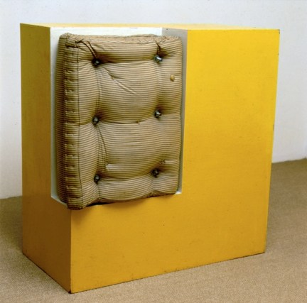 Gary Kuehn, Mattress Dream Piece, 1965, smalto, legno, materasso, bulloni in acciaio, 120x119.5x61 cm Courtesy l'artista