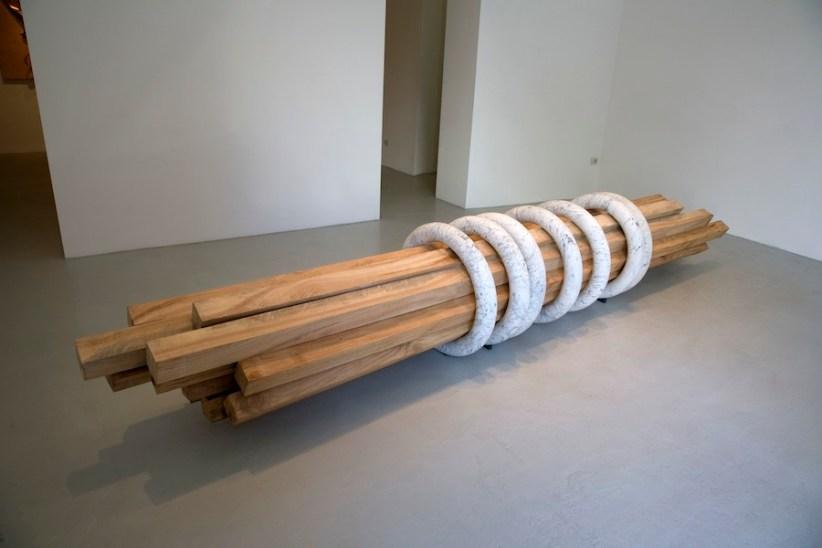 Hidetoshi Nagasawa, Sette anelli, 2015, marmo e travi in legno, 420x70ø cm Courtesy Famiglia Nagasawa [esposta all'interno della Chiesa di San Francesco al Corso, Museo degli Affreschi]