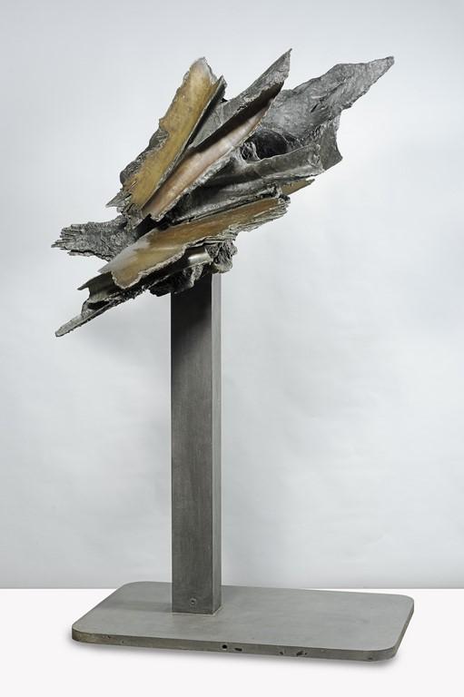 Francesco Somaini, Memoria dell'Apocalisse II ,1962, bronzo patinato con lucidi parziali su base in ferro a putrella, 211x102x130 cm