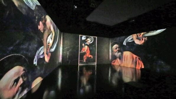 Caravaggio. Oltre la tela. La mostra immersiva, allestimento (S. Matteo e l'Angelo), Museo della Permanente, Milano