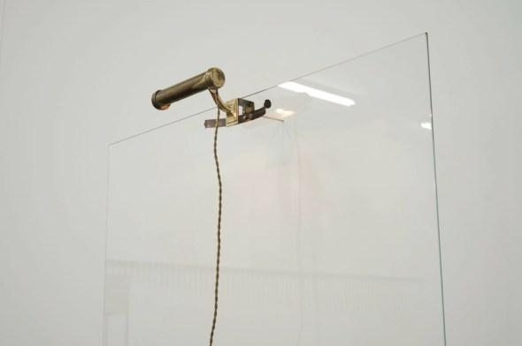 Jacopo Mazzonelli, Threshold, 2019 (particolare), vetro, lampada da pianoforte, 172.5x104.7x31 cm Courtesy l'artista e Galleria Giovanni Bonelli