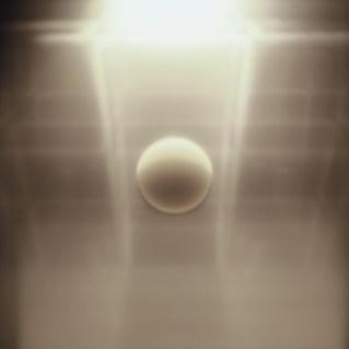 Marinella Pirelli, Meteora n. 10 (Spazio in movimento), 1970-71, lastre di acciaio, lastre di metacrilato, motorino elettrico, lampadina, 96x96x24 cm, Courtesy Archivio Marinella Pirelli © Sergio Tenderini Fotografia