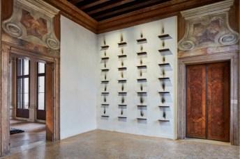 Jannis Kounellis, veduta della mostra, Fondazione Prada, Venezia Foto Agostino Osio - Alto Piano Courtesy Fondazione Prada (Jannis Kounellis, Senza titolo, 1984, mensole di ferro, fuliggine)