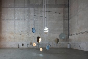 Cerith Wyn Evans, C=O=N=S=T=E=L=L=A=T=I=O=N (I call your image to mind), 2010, veduta dell'installazione, Pirelli HangarBicocca, Milano, 2019. Courtesy dell'artista; Maja Hoffmann/Luma Foundation e Pirelli HangarBicocca. Foto: Agostino Osio