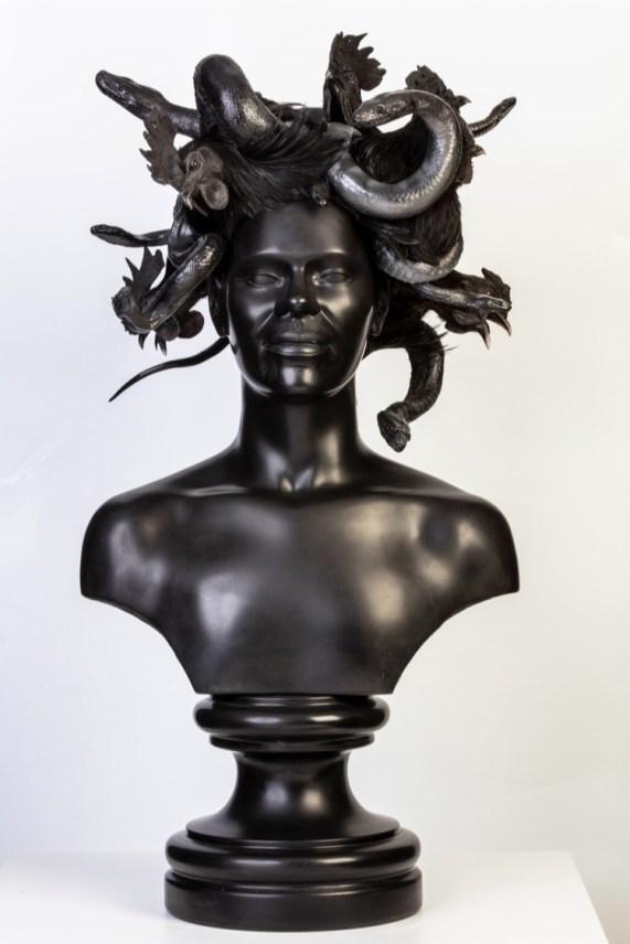 Koen Vanmechelen, Medusa, 2019, scultura in marmo, tassidermia, 87x42x37 cm © Studio Koen Vanmechelen