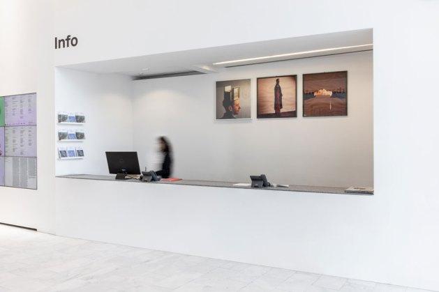 Corrado Levi. Tra gli spazi, veduta della mostra (Gioielli guaritori per Cinzia Ruggeri, 1986 - fotografie Ilvio Gallo) © Triennale Milano Foto Gianluca Di Ioia