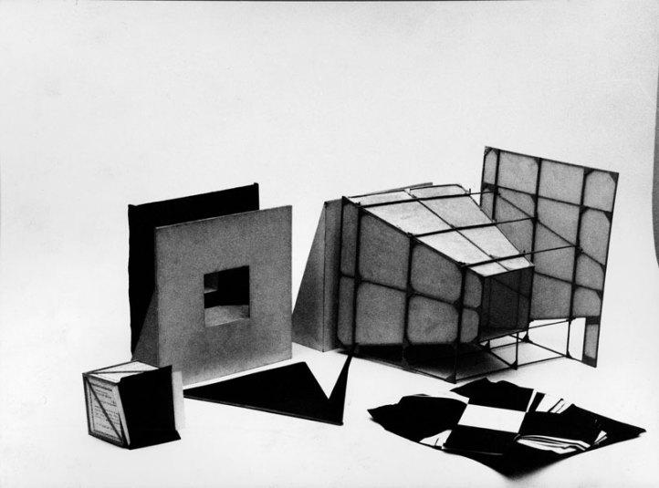 Enzo Mari, Strumenti per le ricerche sui rapporti fra colore e volume, 1952, carta e legno, Collezione privata Foto Paolo Monti (attribuito)