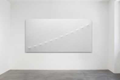 Turi Simeti, 12 ovali bianchi, 2016, acrilico su tela sagomata, 150x300 cm Courtesy Dep Art, Milano Foto Bruno Bani