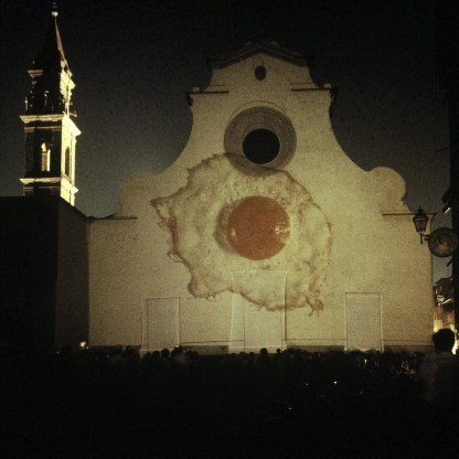 Gianni Melotti, Uovo fritto, Firenze, Piazza Santo Spirito,1980, Dia-proiezione, Archivio Gianni Melotti