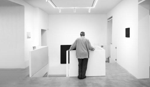 Turi Simeti. Opere 1960-2020, veduta della mostra (di spalle l'artista), Dep Art Gallery, Milano Courtesy Dep Art, Milano Foto Bruno Bani