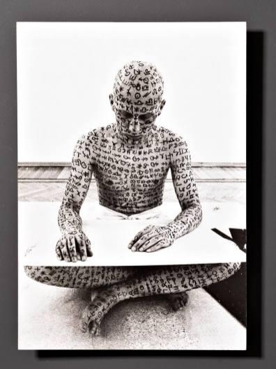 Mario Diacono – Claudio Parmiggiani, Deiscrizione, 1973, particolare del libro d'artista presente nella biblioteca della Collezione Maramotti. Ph. Carlo Vannini