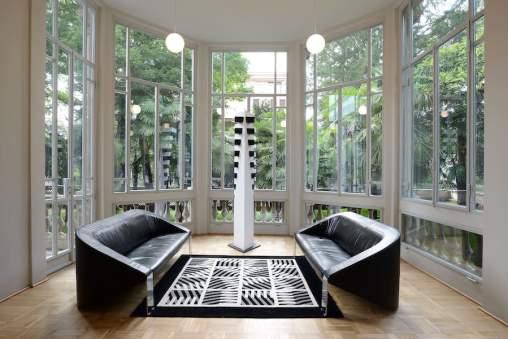 Marcello Morandini, 525 - 2008, legno laccato, 240x80x35 cm, esemplare unico; Divani De Sede, pelle e metallo Foto © Michele Sereni