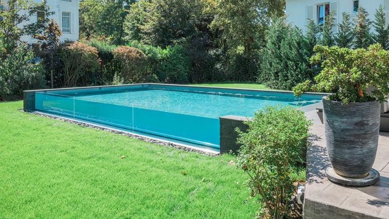piscine avec paroi transparente