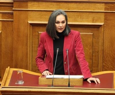 Sofia Sakorafa foi a única socialista a votar contra o acordo com a troika