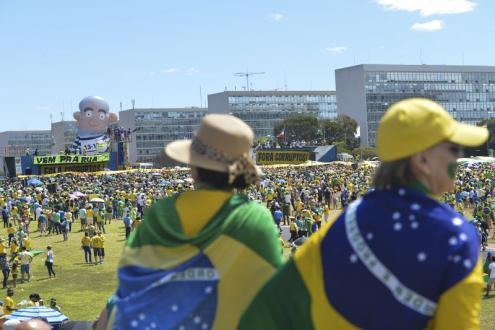 Boneco gigante de Lula da Silva preso foi exibido na manifestação de Brasília. Foto de Antonio Cruz, Agência Brasil