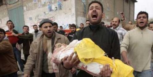 A Al Jazeera mostrou a um pai palestiniano em prantos levando o seu bebé recém morto para um cemitério de Gaza. A maioria dos canais de televisão do Reino Unido destruíram o seu rosto com uma mancha cinzenta.