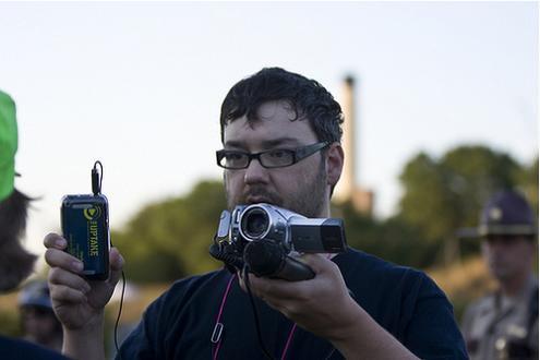 Um cidadão jornalista em ação. Foto de Chuck Olsen/Chuckumentary