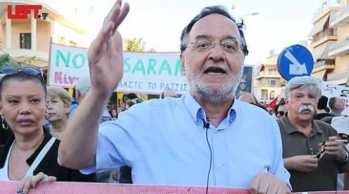 Lafazanis: Dar expressão ao OXI. Foto de Left.gr (Δολοφονία του Παύλου Φύσσα -Παναγιώτης Λαφαζάνης) [CC BY 3.0 (http://creativecommons.org/licenses/by/3.0)], via Wikimedia Commons