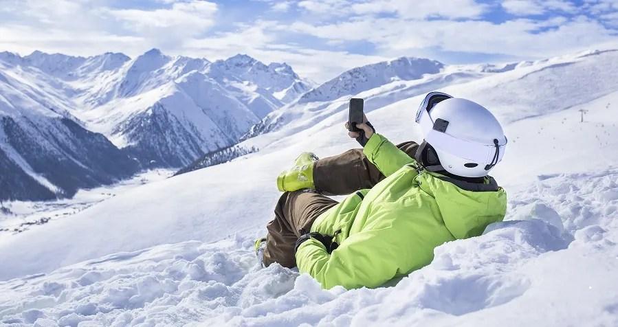 Esquiador con el movil